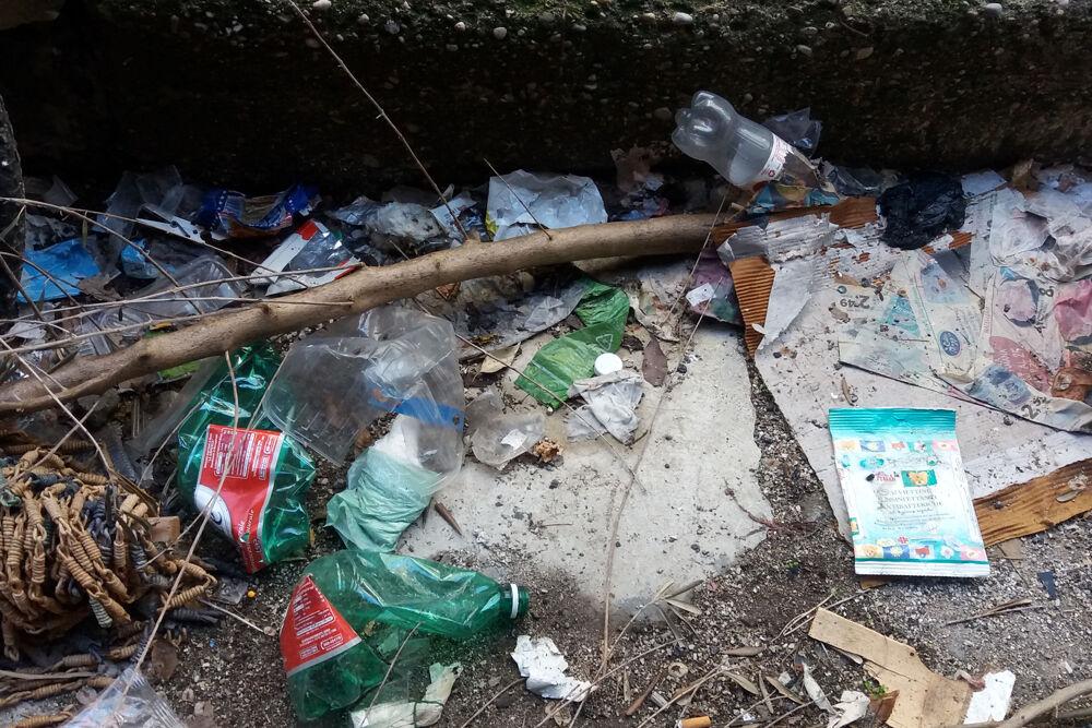 Cumuli di rifiuti abbandonati a Torrione Alto: la denuncia dei residenti