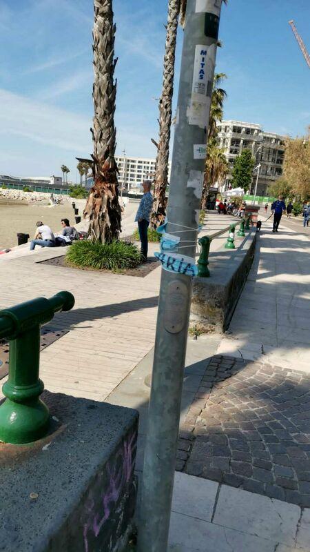 Pannolini nelle aiuole e mascherine sui pali: benvenuti sul lungomare di Salerno