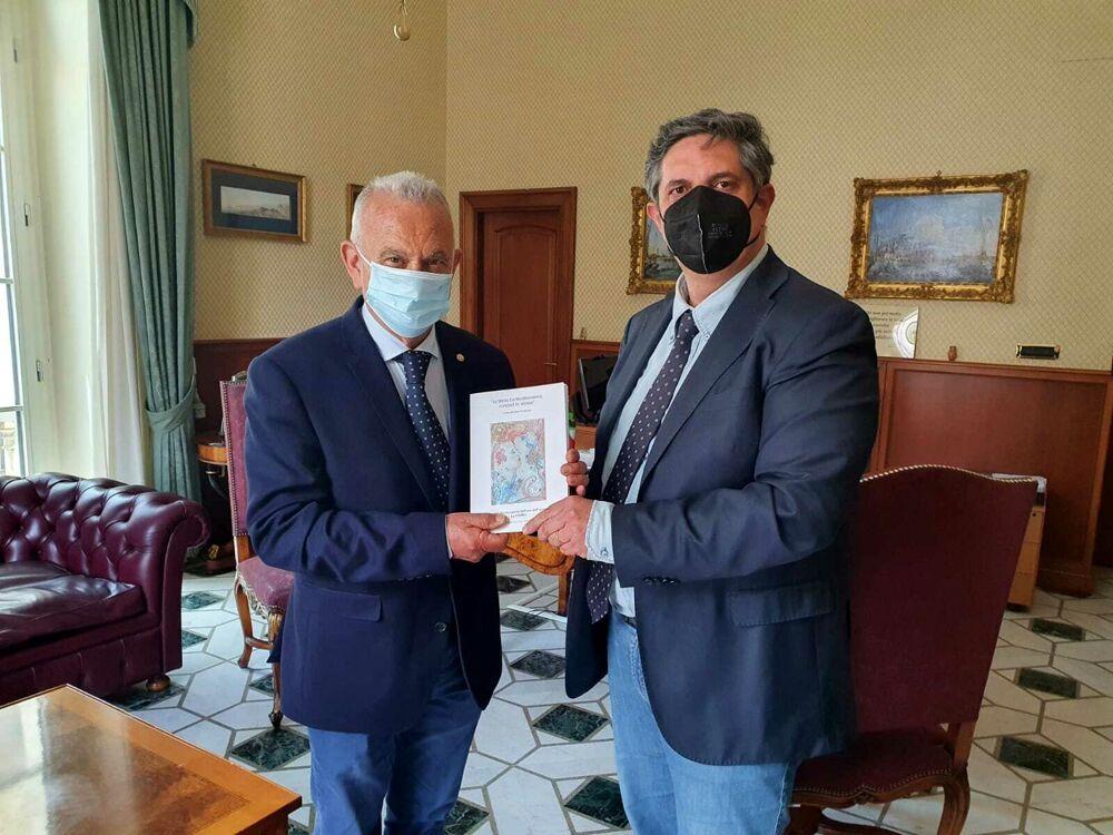 Nocera Inferiore, Carlo Montinaro consegna al sindaco la sua ultima pubblicazione