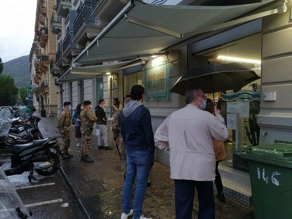 Tensione dinanzi al bar Nettuno: straniero dà in escandescenza, intervengono i militari