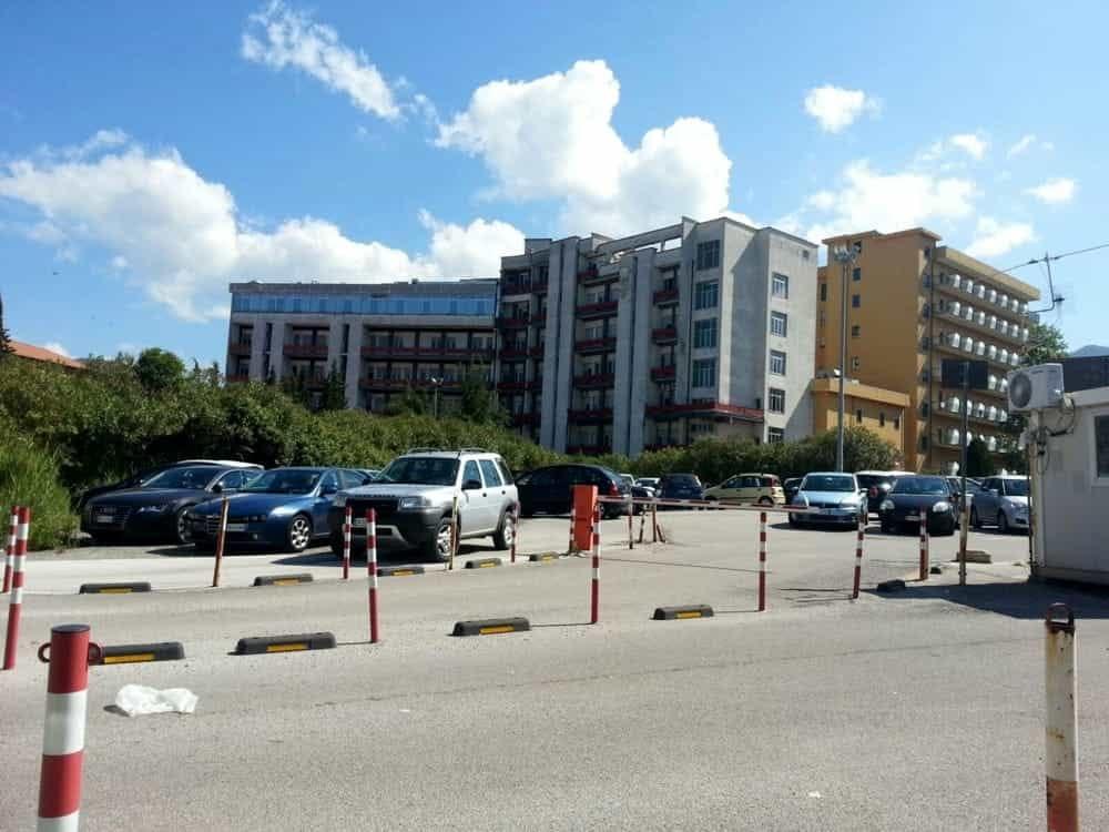 Litigano per il parcheggio, zio picchia nipote con una mazza a Centola: è in Rianimazione
