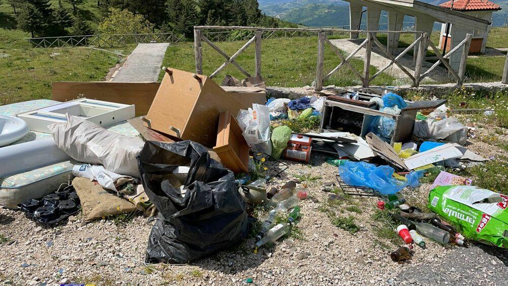 Rifiuti abbandonati nella riserva naturale di Colliano: in tre finiscono nei guai