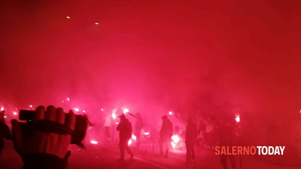 Salernitana, la festa degli ultras al campo Volpe: il video
