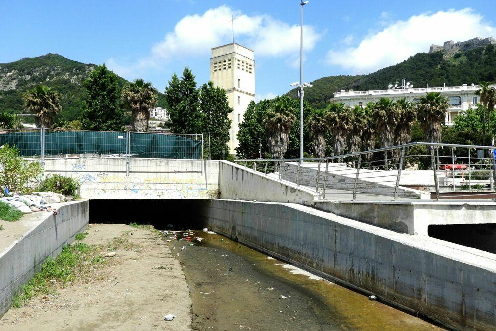 Degrado a Santa Teresa, la protesta dei residenti: acqua sporca, bottiglie e stracci
