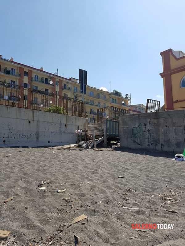Nudo a prendere il sole a Mercatello: dalla spiaggia alla Caserma, denunciato