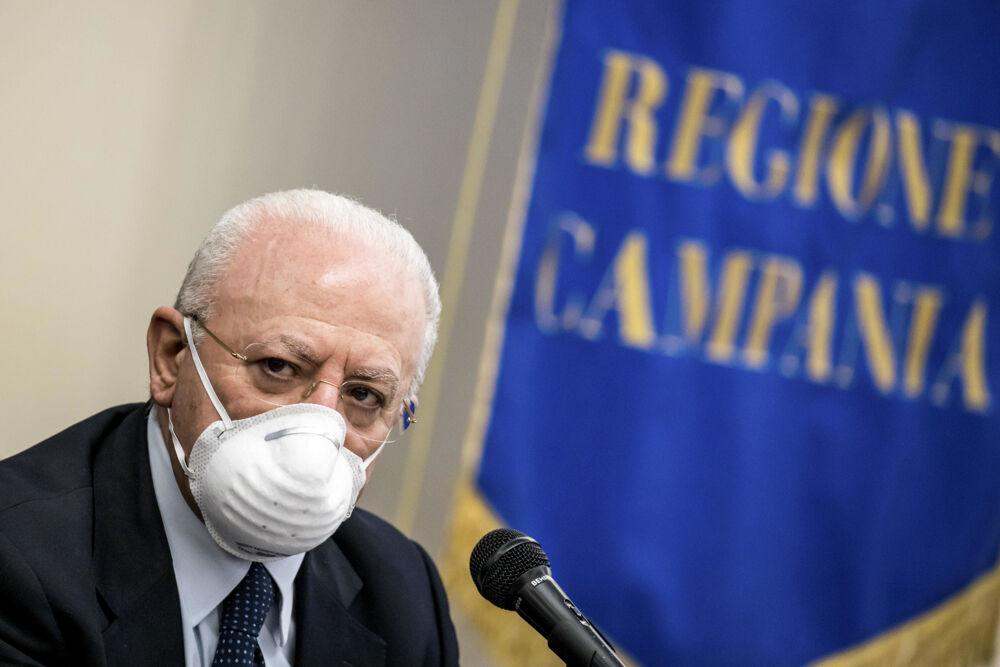 "Covid, De Luca avverte: ""Se tutti senza mascherina tra 2 settimane in zona rossa"""