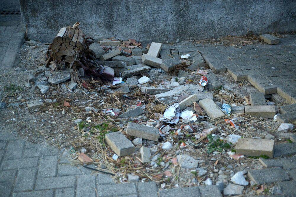 Marciapiedi divelti e rifiuti in via Volontari della Libertà: l'appello dei residenti