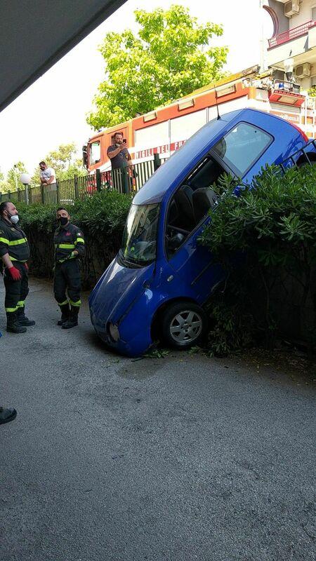 Incidente a Bellizzi, auto sbanda e finisce fuori strada: soccorsa una ragazza