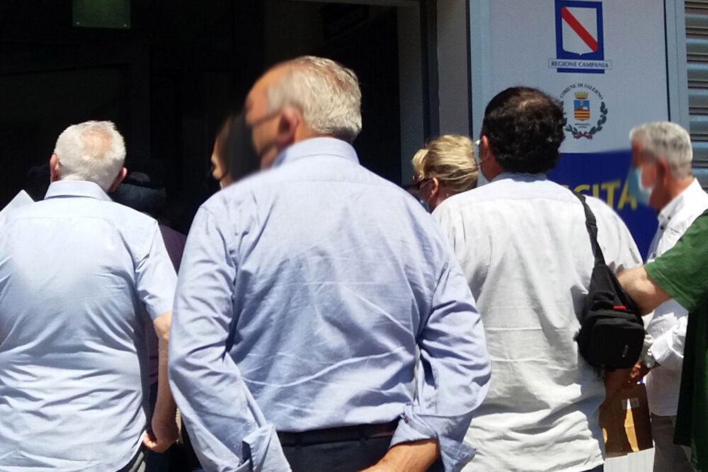 Anziani in fila sotto al sole a Matierno: la denuncia di un lettore