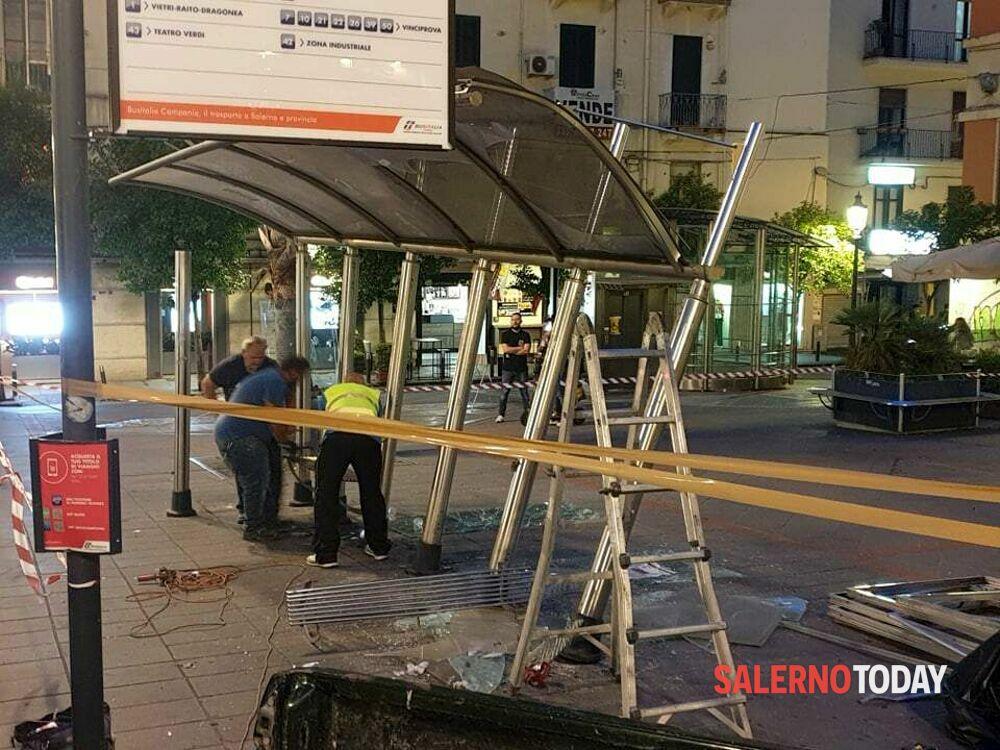 Incidente in Piazza XXIV Maggio, furgone si schianta contro pensilina: illeso il conducente