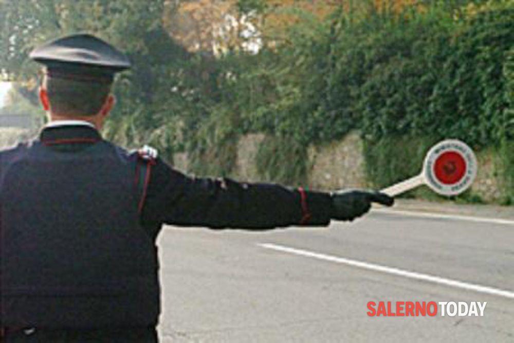 In auto senza patente, non si ferma all'Alt e rischia di investire un carabiniere: arrestato a Salerno