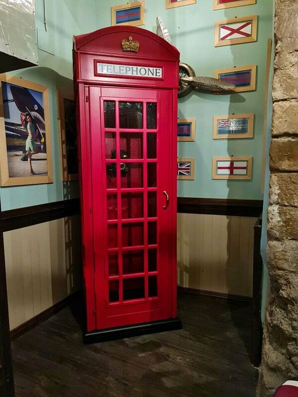 """Curiosità, al Black Roses English Pub """"spunta"""" una cabina telefonica inglese"""