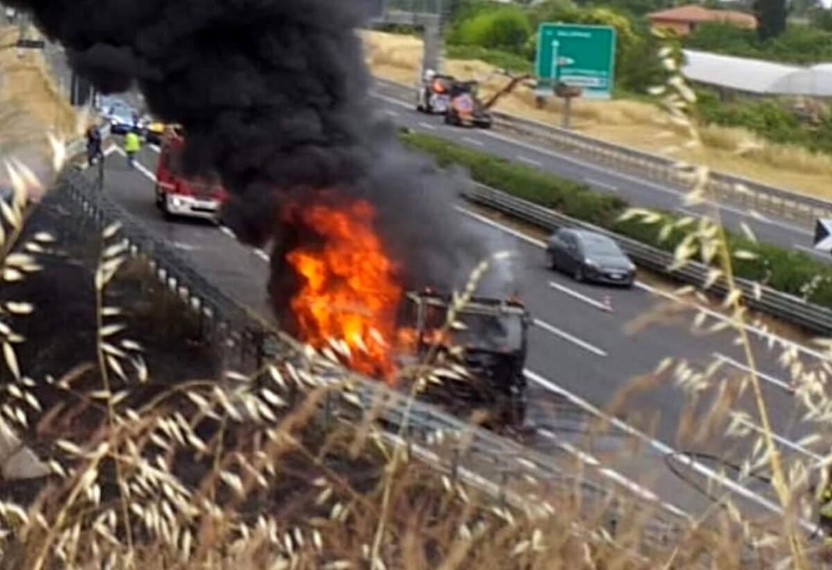 Camion va a fuoco sull'A2 del Mediterraneo: scattano i soccorsi