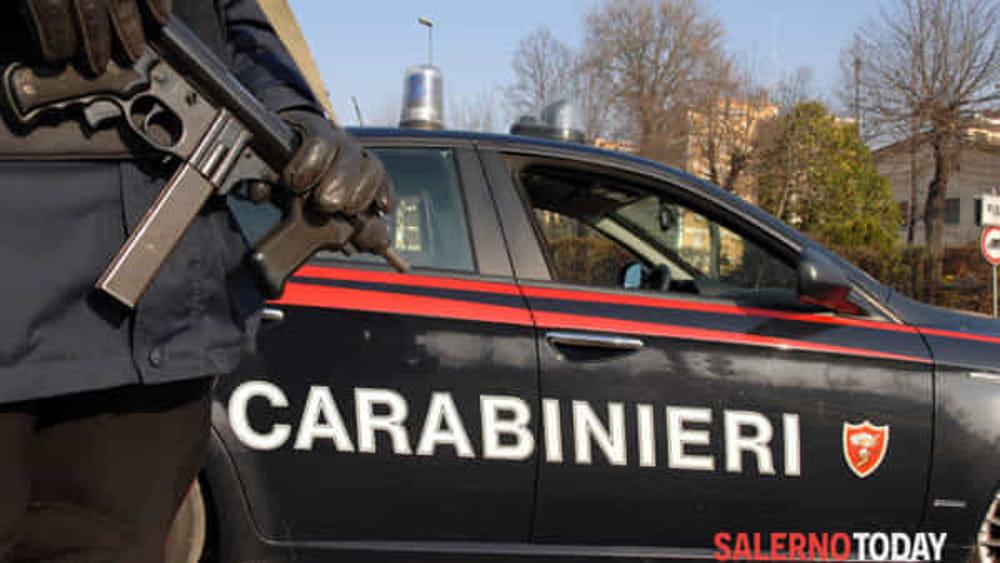Colpi di pistola contro un bar a Sarno: è caccia a due banditi