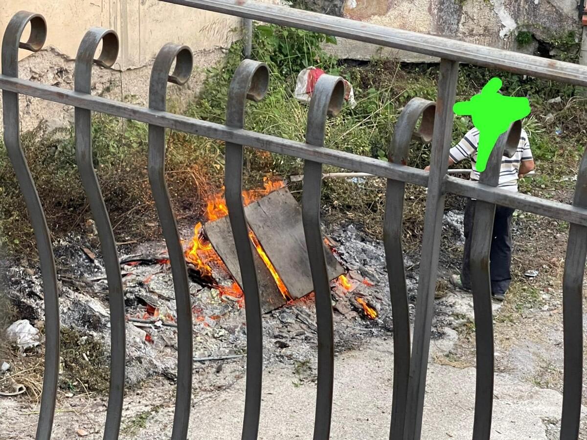 Furbetti dei rifiuti, deiezioni canine e incendi: la polizia municipale multa i trasgressori