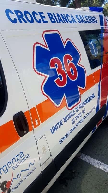 Incidente a Cava, auto sbanda e si ribalta: ferito il conducente