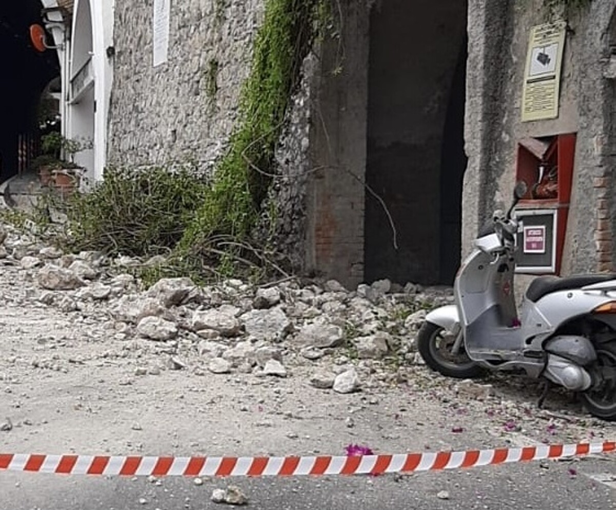 Crolli e disagi in Costiera: chiusa al traffico la strada 163 Amalfitana