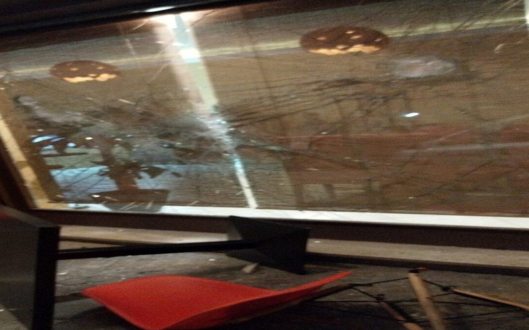 Far west ad Eboli: sparatoria in pieno centro, sfondata la vetrina di un ristorante
