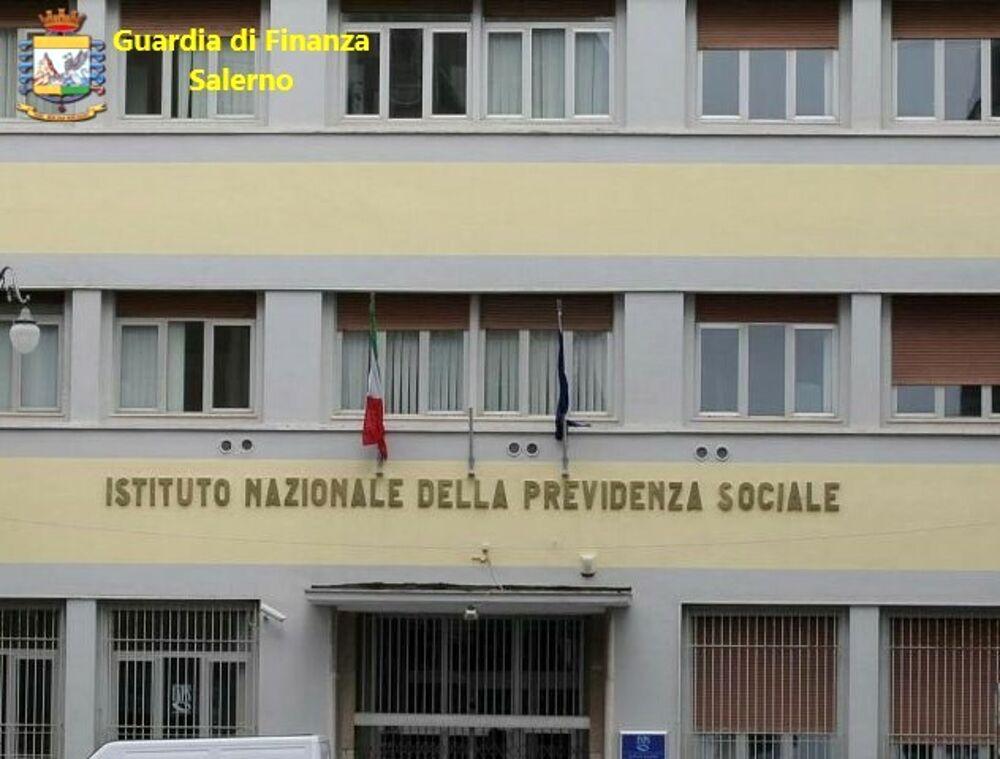 Accedeva alle banche dati per aiutare il figlio: sospeso dipendente dell'Inps di Salerno