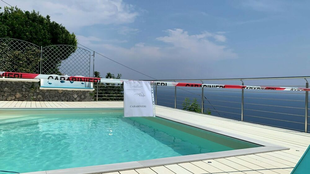 Abusi edilizi nelle strutture ricettive della Costiera: sequestrate tre piscine, 11 denunce