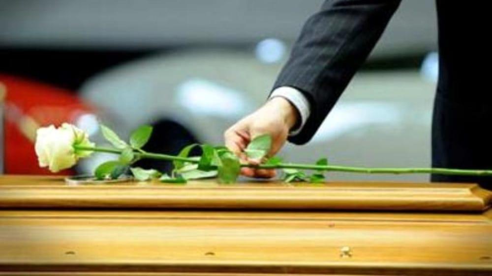 Suicidio a Cava: lutto cittadino a Vietri per il giovane 26enne, oggi i funerali