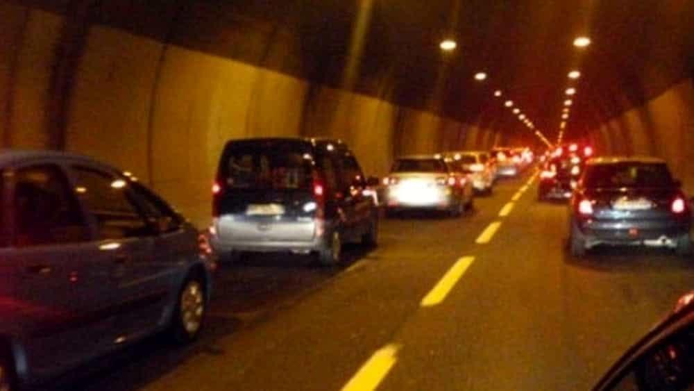 Sbanda in galleria sull'A2: camion perde carico, ferito il conducente