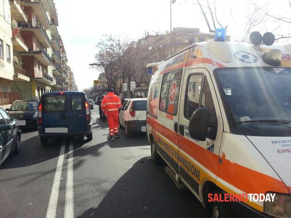 Cade dagli scogli e batte la testa: giovane trasportato in ospedale a Salerno