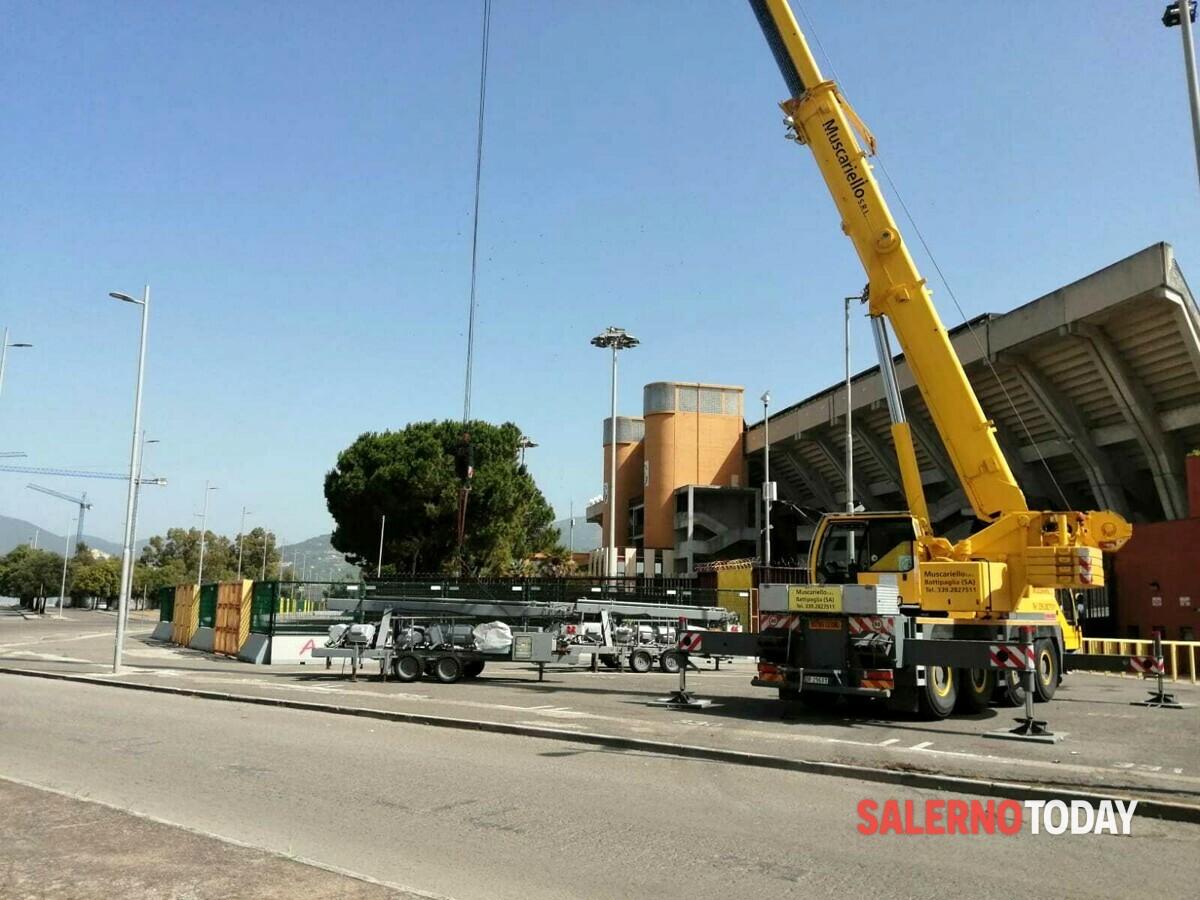 """Al via l'installazione dei fari mobili allo stadio Arechi, parla il sindaco: """"La Salernitana giocherà in A"""""""
