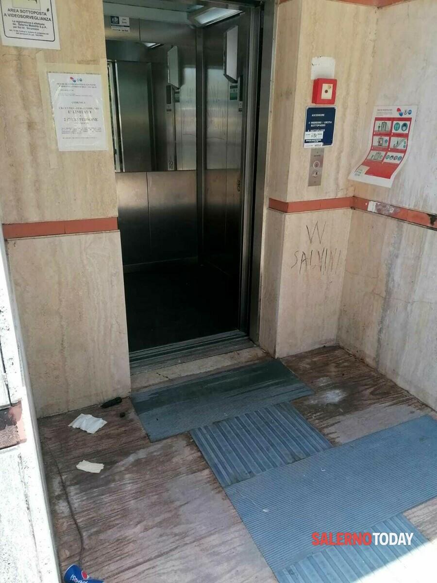 Escrementi ed urina davanti all'ascensore della metro del Parco Arbostella