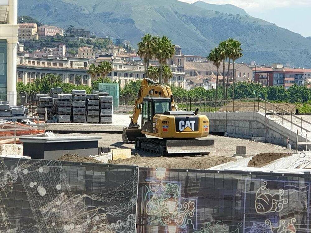 Lavori a Salerno città, tra pavimentazione posa dei cristalli: le foto