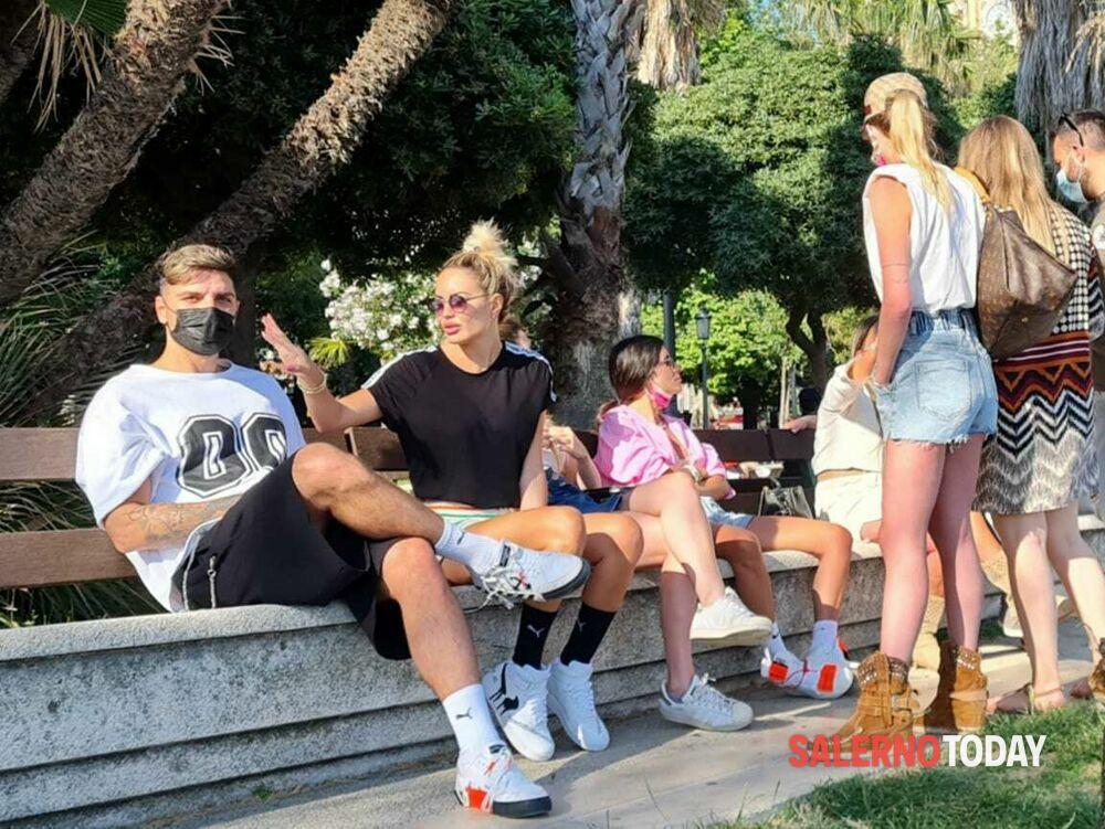 Curiosità: Elena Morale e Luigi Mario Favoloso in giro sul lungomare di Salerno