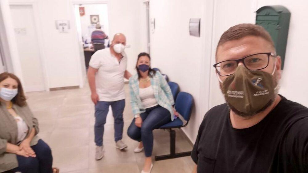 Curiosità a San Cipriano Picentino, il capo dell'opposizione fa il vaccino al sindaco