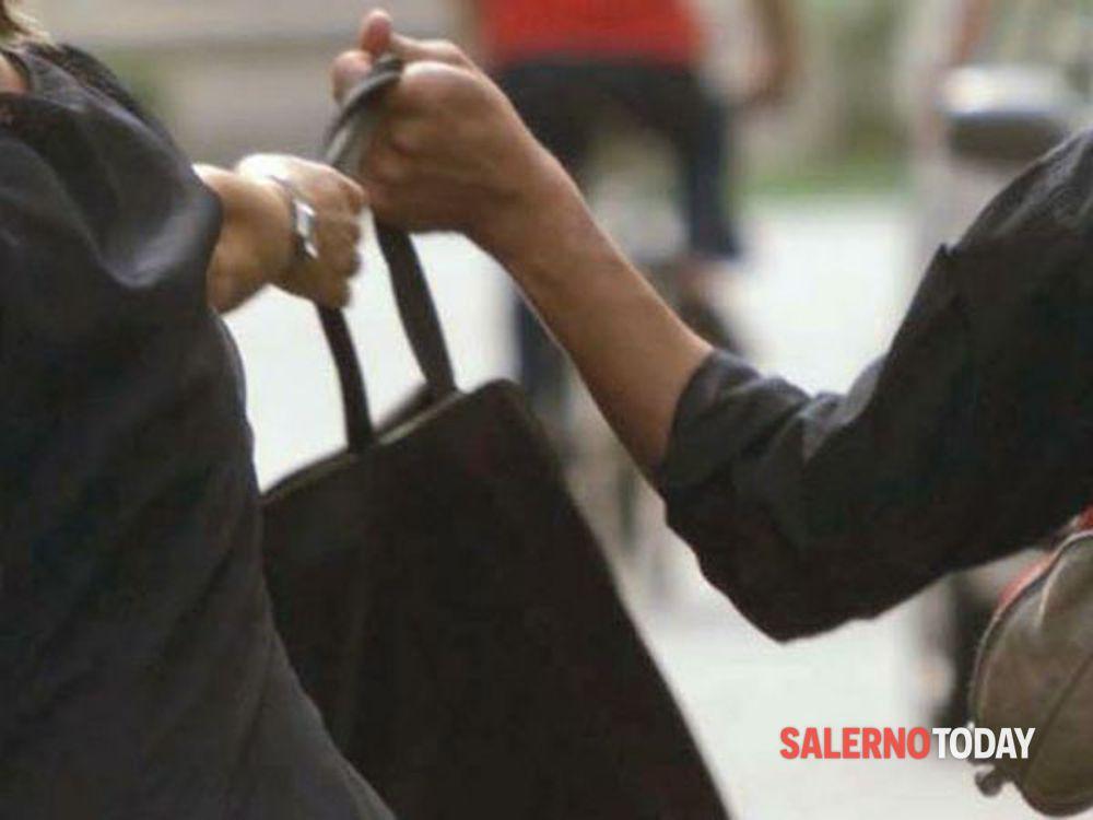 Donna scippata a Battipaglia, si cercano due rapinatori in scooter