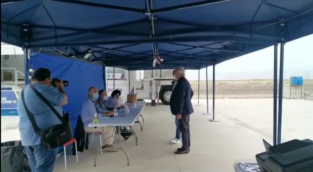 """Open Day a Salerno, sopralluogo del sindaco nei centri vaccinali: """"Avanti con ordine e velocità"""""""