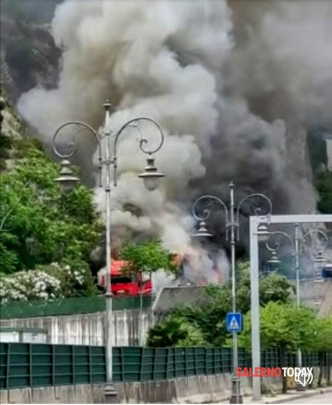 Camion in fiamme sul Viadotto Gatto: arrivano i pompieri, l'appello dei sindacati