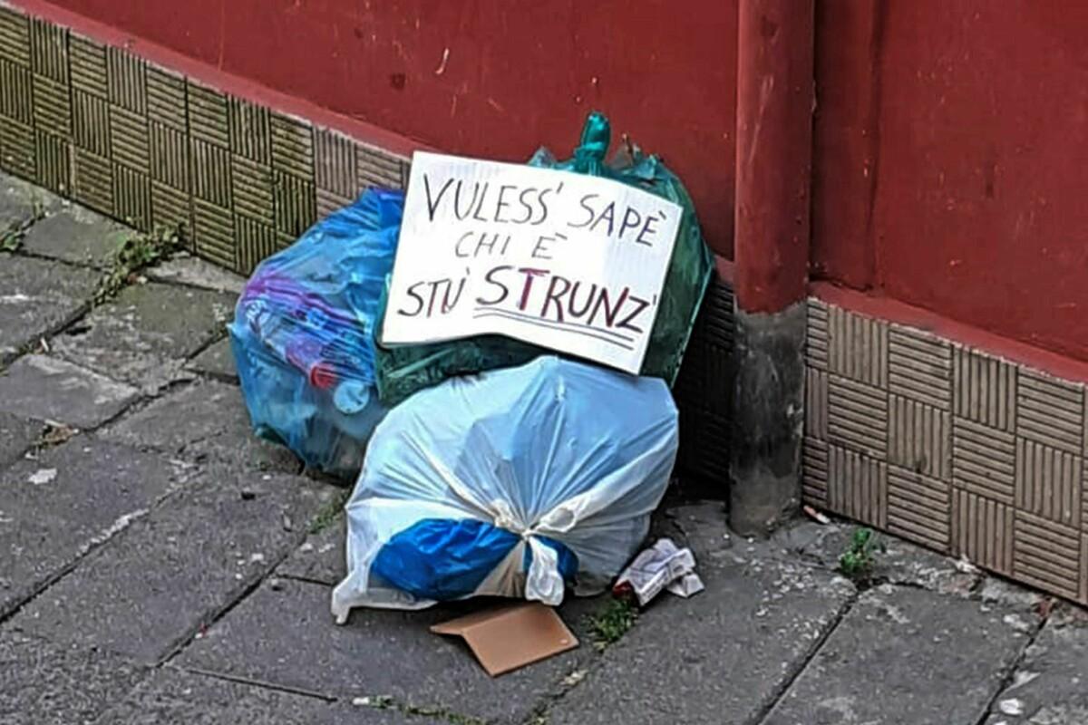 Inciviltà e degrado da via Santi Martiri a via Porta Rateprandi: spunta l'ironia sul sacchetto abbandonato