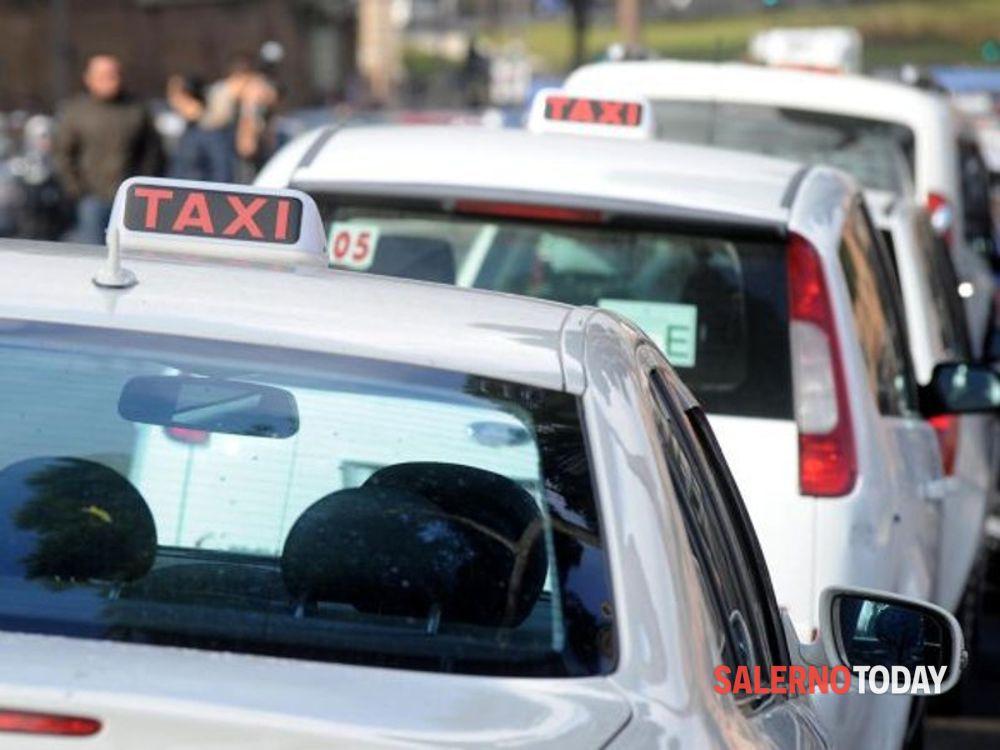 Servizio taxi in città: il sindaco di Salerno consegna le nuove licenze