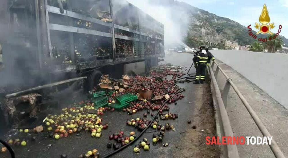VIDEO   Tir in fiamme sul Viadotto Gatto: l'intervento dei pompieri