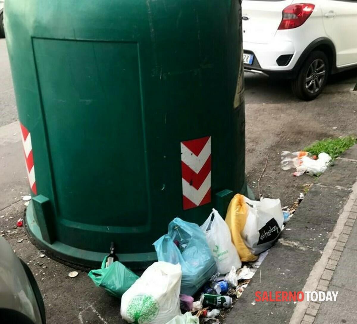 Degrado a Salerno: topi e rifiuti in via Cervantes, la denuncia