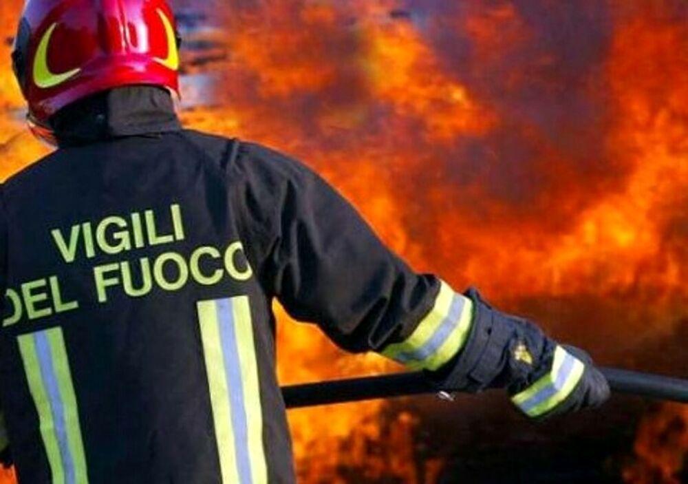 Rogo tossico a Salerno: in fiamme amianto e bombole di gas, corrono i vigili del fuoco