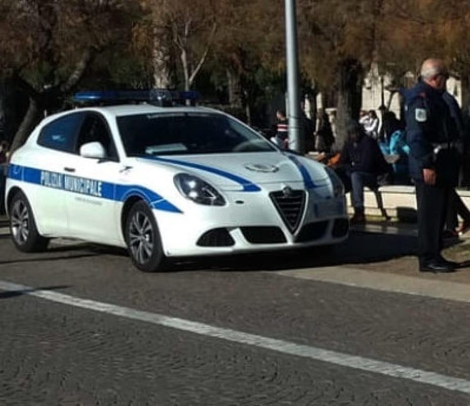 Vendita illegale di merce e borse contraffatte: sequestri e sanzioni sul lungomare di Salerno