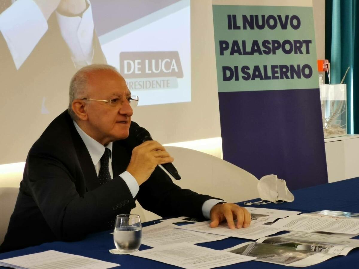 """Vaccini, De Luca: """"Domani definiamo piano per gli studenti"""". Poi attacca: """"No alla riapertura delle discoteche"""""""