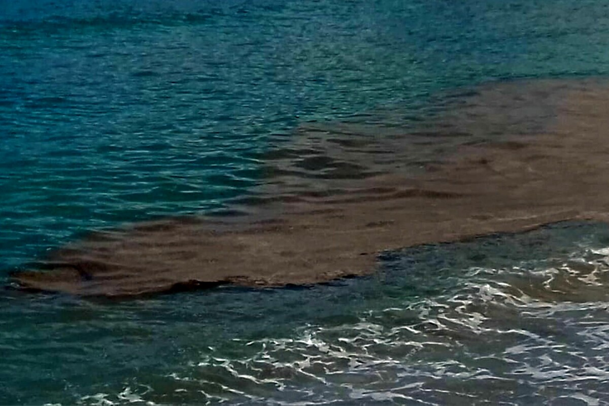 Macchia marrone nel mare di Torrione: la segnalazione