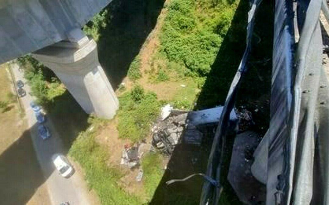Sbanda e precipita dal viadotto sull'A2: sequestrato il tir, i nomi delle vittime