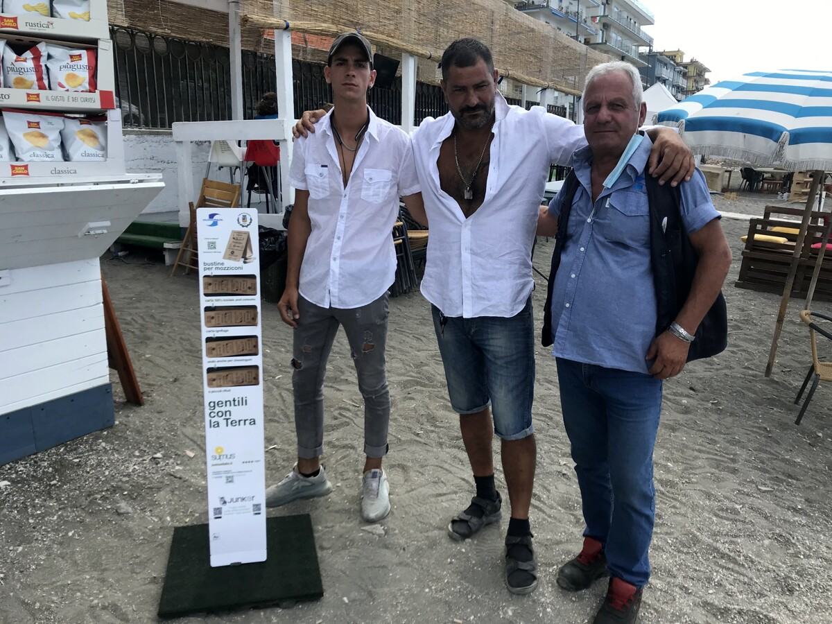 """""""In spiaggia la cicca di sigaretta gettala qui"""": consegnate 20mila bustine"""