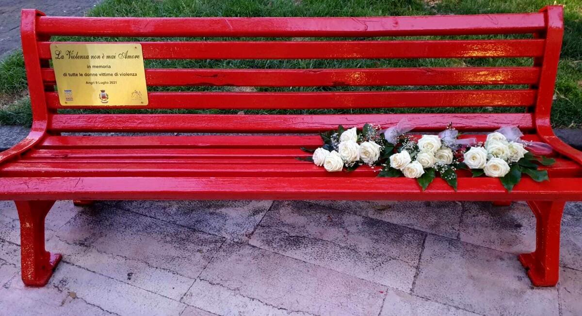 """""""Angri Città d'Arte"""". Inaugurata la panchina rossa simbolo contro la violenza sulle donne"""