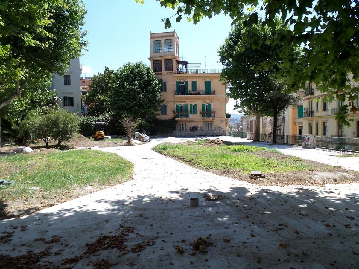 Lavori in corso: gli operai sistemano la pavimentazione in Piazza Alario