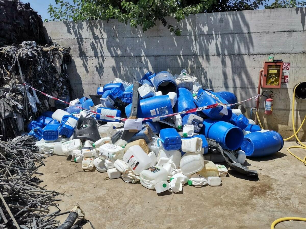 Blitz della Forestale a Pagani: gestione illecita di rifiuti, denunciato il responsabile