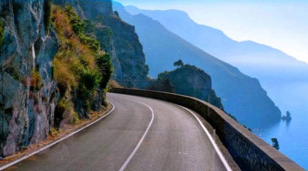 Ravello, cadono pietre da costone roccioso: tragedia sfiorata