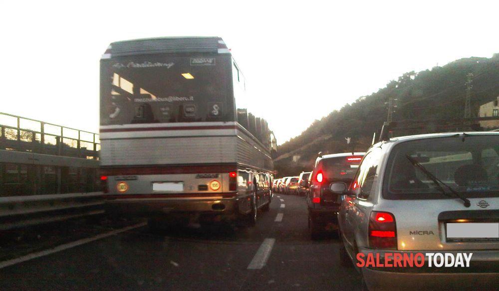 Incidente sull'A2, auto si ribalta e finisce contro il guardrail: famiglia in ospedale